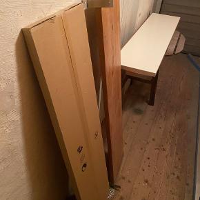 Træhylder. 2 hylder i egetræsfarve med beslag. Mål: 28 cm. dyb. 122 cm. bred.  180 kr. for disse 2 hylder med beslag.  Hvis du er interesseret i hylderne samt 2 hvide IKEA hylder (se billeder) som stadig er i original indpakning, så sælges de 4 hylder (inklusiv beslag til de 2 hylder i egetræsfarve) samlet for 250 kr.