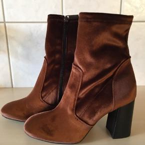 Smukke støvler fra Apair i Cognac Velvet. Sendes i tilhørende æske og dustbag.  Kraftig hæl på 9 cm