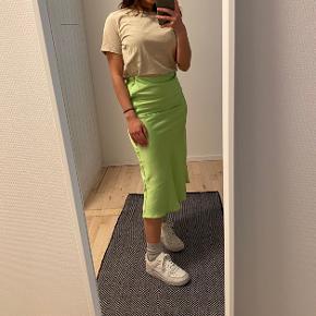 Neon gul satin nederdel fra Bershka ✨ Jeg er 155 cm. høj & den går mig til lidt under knæet ✨ #Secondchancesummer