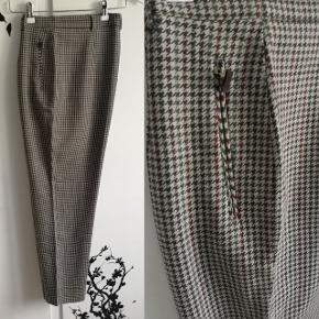Lækre vintage bukser i perfekt stand, med fine lynlås lommer i siderne. Længde 98 cm, talje 84 cm. Tænker de svarer til en str. 40.