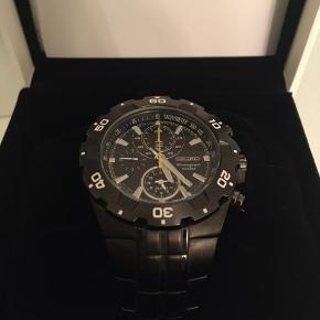 Flot Seiko Chromograph ur, der ikke er blevet brugt særlig meget. Det er mørkegråt/sort metal.  Vejl. pris er 3.195 kr. Uret er købt i august 2016.   Sælges for 1.400 kr. - du er også velkommen til at komme med et realistisk bud.