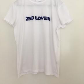 Flot hvid T-shirt med blå skrift fra 2nd Day sælges. Den er vasket en gang, men har aldrig været brugt.  Sender gerne med betaling med MobilePay. Forsendelse DAO eller GLS- Porto 36 kr🌿☀️🌸  T-shirt Farve: Hvid