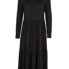 Super lækker kjole i blødt stræk stof som falder flot  Kun brugt en gang så den er som ny Fåes i butikker nu til 600kr Bud fra 300pp