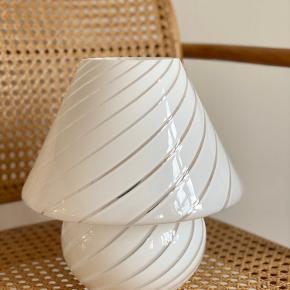 Super smuk vintage Murano Mushroom i hvid med swirl mønster 🌿  H:25cm  Med messing afslutning bagtil samt originalt Murano klistermærke.   Sender gerne 📦 fri fragt