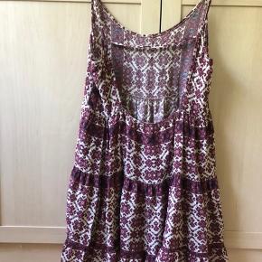 Flowy Jada kjole fra Brandy Melville i floral print. Passer størrelse medium og small