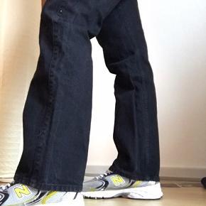 Super fede Rowe Jeans fra Weekday i str 32/32. Brugt meget få gange