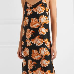Purchased on Trendsales in size 34 but would prefer size 36. If anyone happens to find themselves in the reversed situation, I would love to trade dresses 🤗