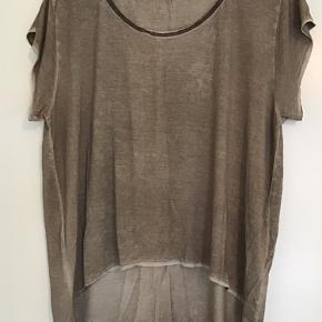 Lækker Dip dye t-shirt fra Vadum længere bagpå, kan også bruges af str L