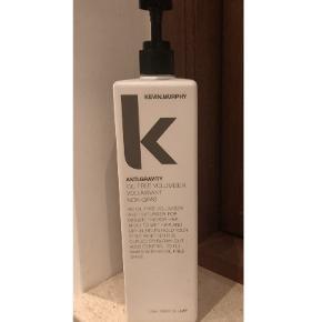 Anti Gravity Oil Free Volumiser - 1000 ml  Kevin Murphy anti gravity er et styling produkt, som er olie-frit og som giver håret struktur og volume. Anti.Gravity giver dig et stort voluminøst hår. Brug den i vådt hår og føntør produktet ind, brug fingerne eller en børste til at sætte håret med.  BRUGT 1/4