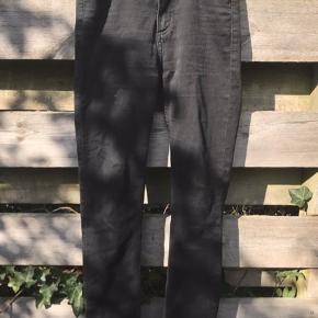 Flotte bukser, slim high waist. Størrelsen er 27, men de passer en str. XS/S helt fint. De har ingen skader, men er dog brugte, og kommer fra et røgfrit hjem.  Jeg er åben for realistiske bud.