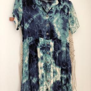 Virkelig flot sommerkjole med batik Købt i London ❤️  Kom endelig med et bud 🌻 Tjek også mine andre annoncer med tøj fra Monki, Zara, Boii, Weekday mm. 🌸🕺🏼 #trendsalesfund