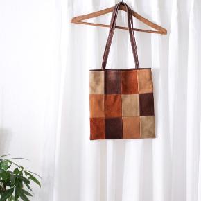 Vintage Tote bag med fantastisk flot patchwork i ruskind og varme nuancer 🟧🟫🟥 Standen er rigtig god!  2 rum (et stort og et mindre lynlåsrum) Måler 32x30 cm