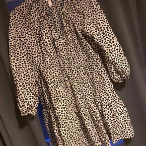Kjole fra H&M, brugt en gang.  Den er en Xs men kan også passes af en s.