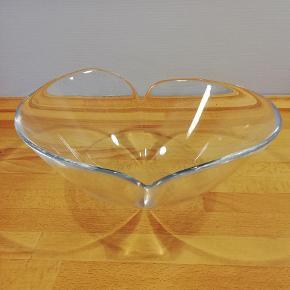 """Stor lækker """"DUO""""-skål i klart glas. DUO er designet af Torben Jørgensen for Holmegaard i 1999 H: 13,0cm D: 30,0cm Skålen fremstår flot uden skår, skrammer eller brugsskader. Evt. fragt betales af køber"""