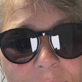 Super fede unisex Lacoste solbriller i sorte. De er kun brugt få gange. Så ingen ridser