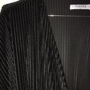 Smuk slå-om-top i stribet sort velour    Sælger billigt da jeg skal flytte  - mængderabat gives 👍🏻☺️
