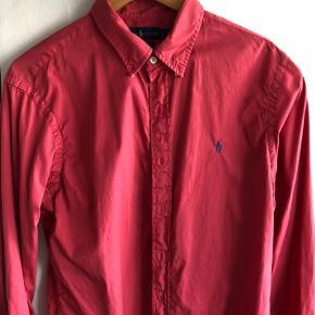 Fin hindbærfarvet skjorte i lidt forvasket/blødt look. Ikke pink som det ene af billedet kunne se ud til. Str. L slim fit.
