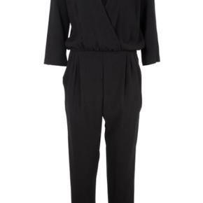 Jumpsuit model Zukki med dejlige store lommer, læg foran, V form foran, løs elastik i livet, 3/4 ærme med lille slids og knap