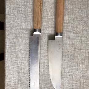 """Kokkekniv og brødkniv fra Henrik Boserup, håndtag af Bambus og knivblade af German stainless steel nr. 1.4028    Chef's Kniv 9,5"""" Total længde ca. 37,5 cm hvoraf bladet er ca. 24,5 cm  Brødkniv 9"""" Total længde ca. 36 cm hvoraf bladet er ca. 23 cm   Stort set ikke brugt, har bare ligger i en skuffe i et år, håndtaget på brødknive har en revne i bambussen"""