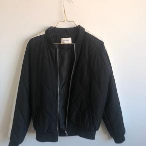 Fin jakke, med hvid stribe ned af armen. Aldrig brugt. BYD gerne. Køber betale evt fragt.