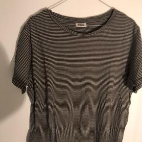 Smuk stribet t-shirt fra weekday  Sælges for 75 kroner  Kan afhentes på Frederiksberg eller sendes :-)