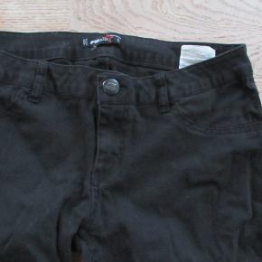 Sorte bukser fra FBsister str L. Hel længde ca 85 cm. Ikke meget brugt, så den sorte farve er som ny.  Se også mine flere end 100 andre annoncer med bla dame-herre-børne og fodtøj