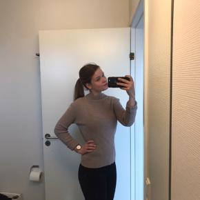 Beige/brun sweater fra Pieces i en størrelse small. Nypris er 199 kr. Sælges, grundet oprydning i skabet.   Kan sendes på købers regning🌸