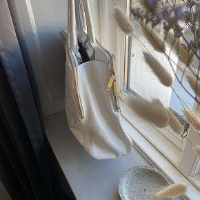 Hvid/grå calvin Klein shopper. Guld kanter og lynlås. Brun indvendig. Brugsmærker (se billeder)