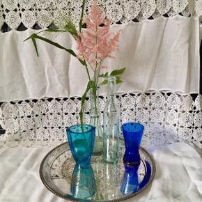 Stort forsølvet fad Ø:35cm, pris 80kr Flasker i mit farvet glas, H: 23/28cm, 30kr pr. stk Blå vaser, pris pr. stk 40kr