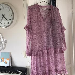"""Sælger denne super fine kjole fra mærket """"Dahrling"""" da jeg ikke får den brugt. Bemærk kjolen er gennemsigtig, og altså ikke kan bruges uden noget indenunder 😄😄"""