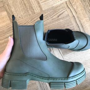 BYTTER KUN TIL EN STR. 37  Jeg har netop modtaget disse fede Ganni støvler, men da de er for store, vil jeg gerne bytte med en størrelse 37.