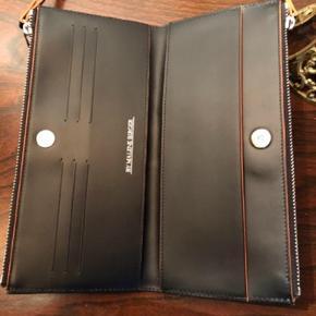 MB pung i monogram og leopard i sort/brun farve, ny pris 1599 kr. Aldrig brugt - bytter ikke - mp. 800 kr pp. Via mobilpay. Haves også i grå på anden annonce.