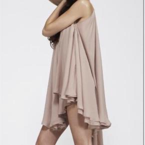 Varetype: Fest kjole  Størrelse: ONE SIZE Farve: Nude Oprindelig købspris: 1200 kr.  Virkelig smuk festkjoler med flot åben ryg og vandfald bagpå  Brugt 1x, sim ny str M men er så flexibel at alle xs-xl kan passe kjolen. Bruges med og uden bælte, medfølger ikke   Køber betaler Porto og gebyr