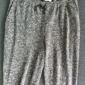 Varetype: bukser Farve: grå melance Oprindelig købspris: 600 kr.  Bukser i grå melance.  80% polyester 20% cotton  Bytter ikke!