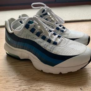 Nike Air Max 95 Ultra i fin stand. Der er slitage på indersiden af begge sko, men det er at forvente på en sko der er så gammel.  Byd gerne. Der er mulighed for at mødes i Kbh og handle.