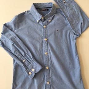 Fin skjorte fra Tommy Hilfiger. Lille rift på ærme, se billede.
