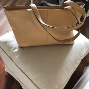 Original Gerard Darel taske med to indvendige lynlås lommer samt to store separate rum