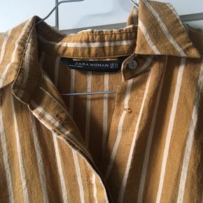 Flot skjorte fra Zara, den ene knap er dog knækket i halv, men ikke noget man ligger mærke til 😊  Køber betaler selv fragt, sendes med DAO gennem tradono eller kan afhentes 🧡