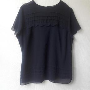 Brand: Betty Jackson black Varetype: Skøn top med flotte detaljer Farve: Navy / mørkeblå Oprindelig købspris: 349 kr.