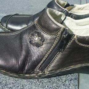 Varetype: Let relaxsko Farve: Sort Prisen angivet er inklusiv forsendelse.  Dejlig sko som næsten ikke vejer noget og med lille lynlås i siden og pyntemærke foran. Jeg har haft dem på 3-4 gange så hverken slidt eller brugt, de har kun været på inde.