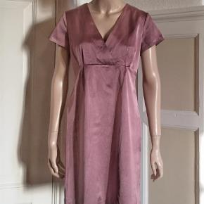 Varetype: Kjole m empiresnit Farve: Lilla  Smuk kjole fra Avoca i satinvævning med lidt stræk. Bomuld, viscose og elastan. Se også mine mange andre sager. Jeg giver gerne mængderabat