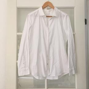 🌸 Hvid skjorte str. 40 Aldrig brugt.  Mærke: Only   Kan hentes i Odense sv eller sendes mod betaling af Porto :)