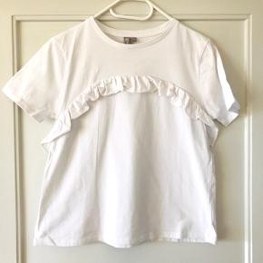 Fin Feminin hvid T-shirt fra ASOSStr. 38 svarende til en S-M    BRUGT MAKSIMALT 2 GANGE