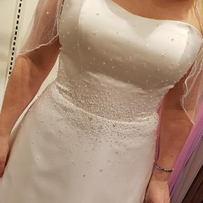 Sælger min smukke brudekjole ,det er en Lilly model og er en str 42 ,men den kan passes af en str 38-42 ,da der er snørre i ryggen. Den er syet lidt ind oppe ved brystet og lagt lidt op i længden, jeg havde en 5 cm hæl på og er 169 cm der følger også et skørte med i str L, kjolen er ny renset og klar til at få en ny brud til at føle sig som en million 😍👰