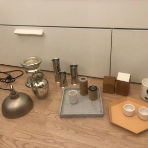 Diverse ting til hjemmet sælges, noget har brugsspor og andet er som nyt. ————— - Lyngby by Hilfing fyrfadsstager / små skåle - Lyngby vase, 6 cm  - Design letter krus / bæger i porcelæn med S - Hay kaleido bakke str s  - Applicata træhuse,  str s og m. - Applicata toplt lysestager str s og m.  - Lampe / lampeskærm, vase og lysestage i boheme stil - Menu fyrfadsstager, kan vendes om som vaser - Beton bakke / fad    Bud modtages :)