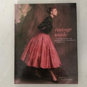 En fin bog om modens udvikling op igennem det 20'ende århundrede. Især god for dem, som også interesserer sig lidt for det tekniske og håndværksmæssige ved tøjdesign.  Sender gerne for købers regning :) kan også hentes på Amager tæt ved DR byen.