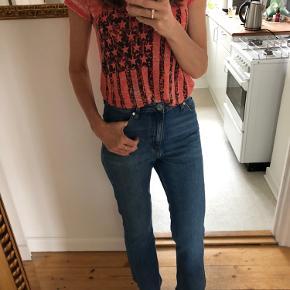 Højtaljede jeans med lidt svej  Fremstår som næsten nye Str FR36 - passer str 25/26 i jeans. Jeg er str 26.   100% cotton  Livvidde: ca 2x36 cm  Indvendig benlængde: ca 72 cm Udvendig benlængde: ca 100 cm  Sælger dem også i sorte på egen annonce   Bytter ikke