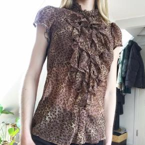 Fin blondeskjorte i leoprint.  En smule gennemsigtig.