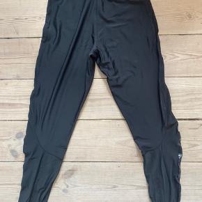 Shiny thights med mesh detalje ned langs siderne. Elastikbånd i livet, med Adidas Stella McCartney logo. Salgspris ex forsendelse