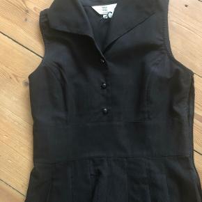 Lækker og super fin sort kjole i let rillet kvalitet. Bomuld/viskose.  Bryst 91 cm Talje 82 cm Skørtlængde 60 cm Samletlængde 102 cm